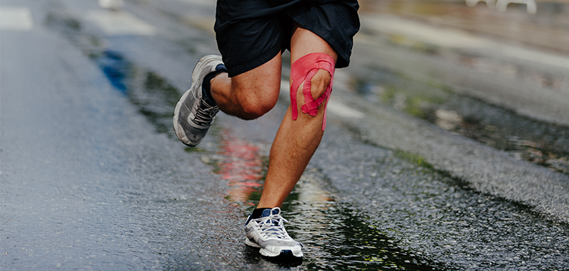 Løber med kinesiotape på knæ
